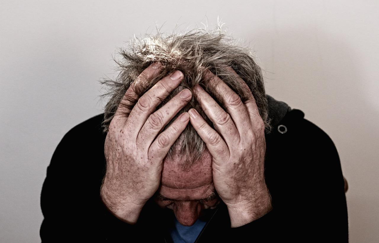 Hombre angustiado - psicólogo en Gijón