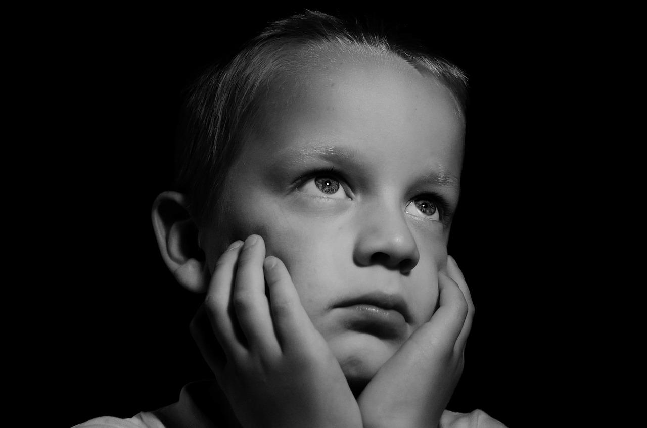 niño triste blanco y negro